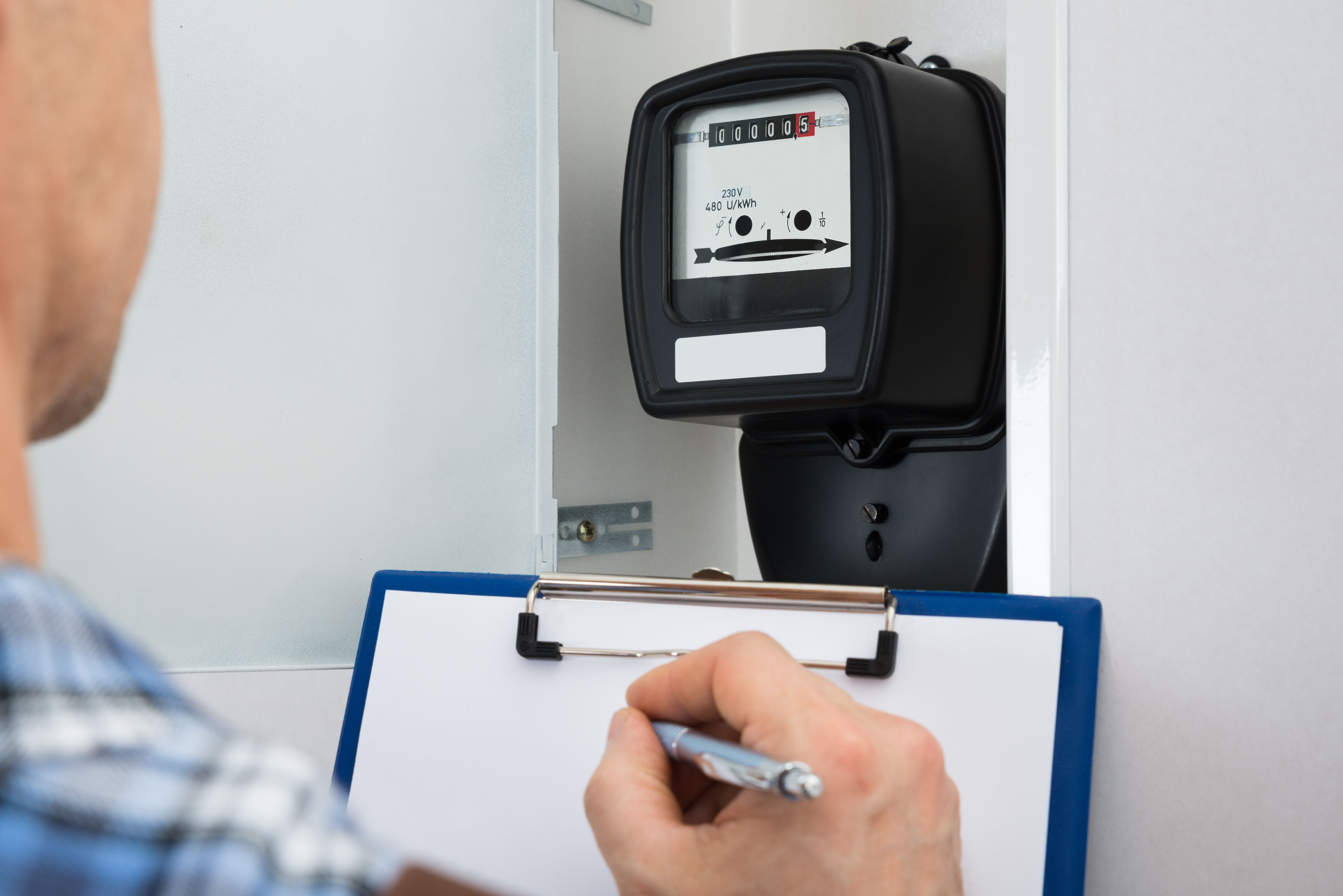 A DSO technician reads the electricity meter - Energyprice